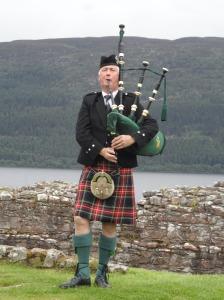 gaitero en urquhart castle escocia