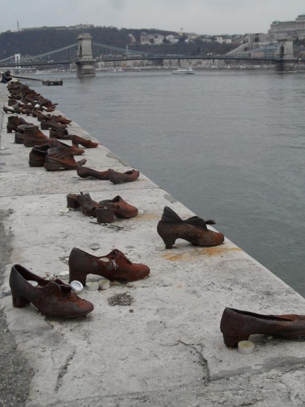 zapatos en el danubio budapest